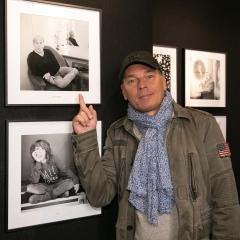 """Exposition """"Même pas peur"""" au Grand Palais à Paris le 7 octobre 2017. Laurent Baffie (en photo derrière Laurent Baffie, Bénabar et Zaz)"""