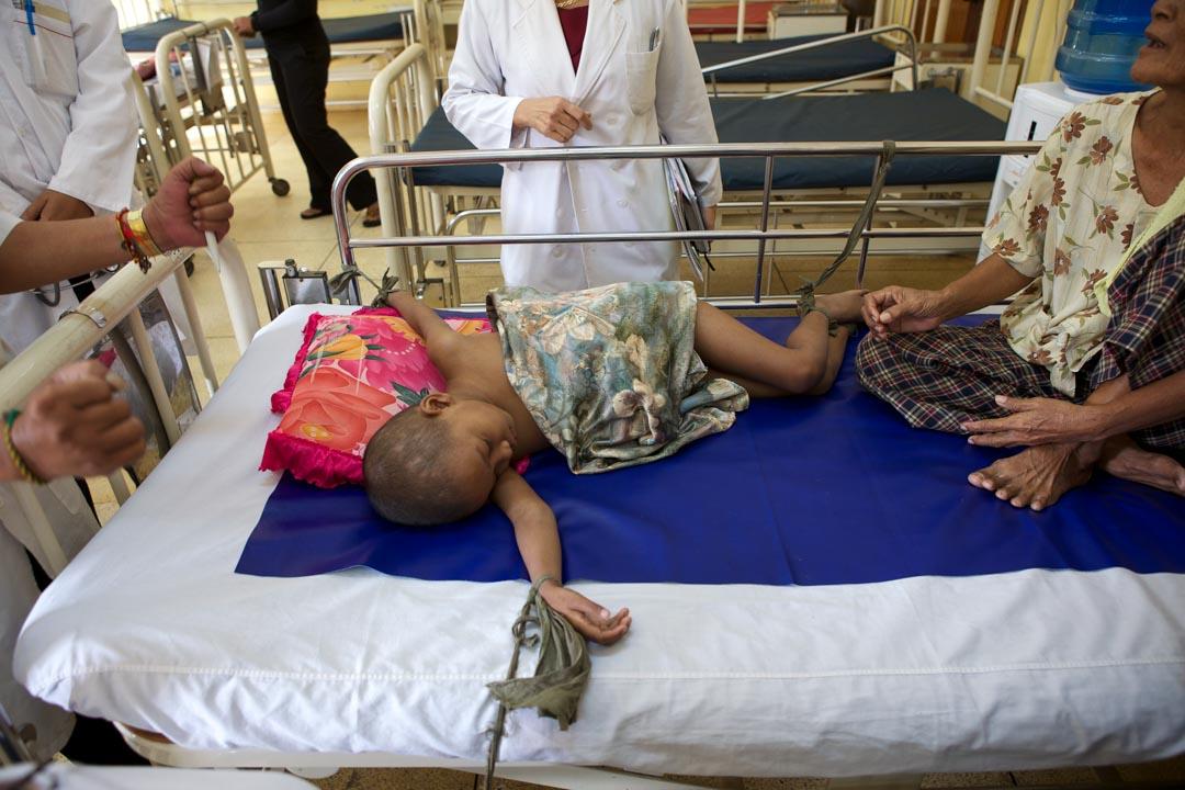 Mimie Mathy ambassadrice de l'UNICEF France, s'est rendue au Cambodge pour voir les actions qui y sont menées contre le Sida.