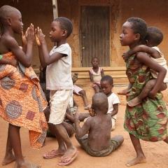 """Victoria Abril dans le village d'Ayenhya"""" au Ghana où sont accueillis enfants et mères isolés car atteints du Sida ou (et) handicapés."""